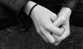 Les mains de l'homme étreint images stock