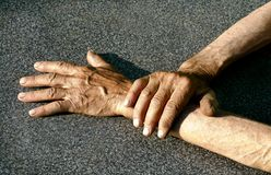 Les mains de l'homme au fond gris Photos libres de droits