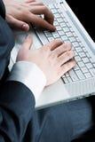 Les mains de l'homme avec le clavier Image libre de droits