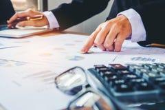 Les mains de l'homme d'affaires avec la calculatrice au bureau et financier Photographie stock libre de droits