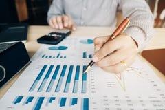 Les mains de l'homme d'affaires avec la calculatrice au bureau et financier Photo libre de droits
