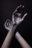 Les mains de l'homme en peinture d'or Photo stock
