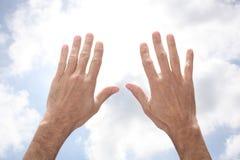 Les mains de l'homme ouvert se levant au ciel dans pour prier le geste avec l'espace de copie pour votre texte photographie stock libre de droits