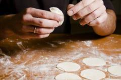 Les mains de l'homme préparant la pâte pour des ravioli, tortellini Photo libre de droits