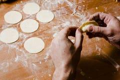 Les mains de l'homme préparant la pâte pour des ravioli, tortellini Image libre de droits