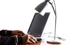 Les mains de l'homme sur l'ordinateur portatif Images stock