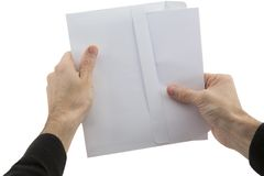 Les mains de l'homme tenant l'enveloppe avec le papier Photo libre de droits