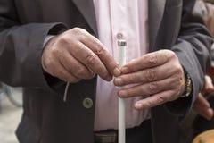 Les mains de l'homme tenant un bâton Image stock