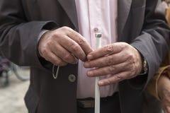 Les mains de l'homme tenant un bâton Photos stock