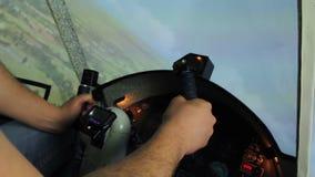 Les mains de l'homme tenant volant dedans le simulateur d'avions, vol de manoeuvre banque de vidéos