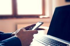 Les mains de l'homme utilisant le smartphone Image libre de droits