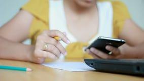 Les mains de l'ordinateur portable et de l'utilisation de dactylographie de femme crayonnent l'écriture sur la métaphore de papie banque de vidéos