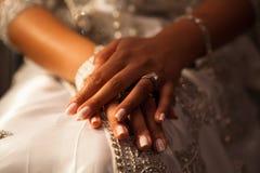 Les mains de la belle femme sont sur ses genoux Photos libres de droits