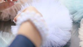 Les mains de la femme avec le beau bracelet de perle faisant la décoration d'habillement pour épouser la célébration banque de vidéos
