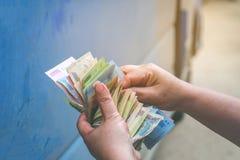 Les mains de la femme de billet de banque de Dong, concept financier photo stock