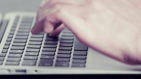 Les mains de la femme dactylographiant sur un ordinateur portable banque de vidéos