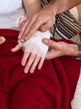 Les mains de la femme de plan rapproché bandées par Hands de Man's Image libre de droits