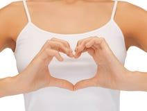 Les mains de la femme montrant la forme de coeur Photos libres de droits