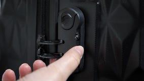 Les mains de la femme ouvrent la serrure de combinaison de valise sur la valise clips vidéos