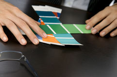 Les mains de la femme sélectionnant des échantillons Photographie stock libre de droits