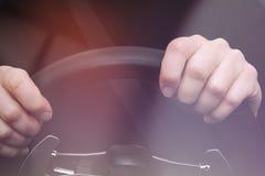 Les mains de la femme sur le volant d'une voiture Photo libre de droits