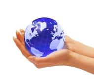 Les mains de la femme tenant le globe de la terre. Image stock