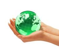Les mains de la femme tenant le globe de la terre. Photographie stock