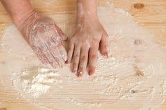Les mains de la grand-mère et de la main de la petite-fille se trouvent Photo libre de droits