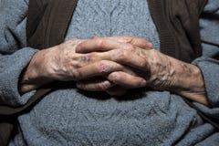 Les mains de la grand-maman Photo stock