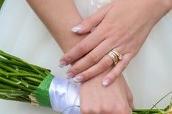 Les mains de la jeune mariée Images stock