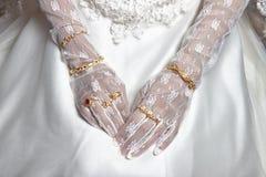 La main de la jeune mariée Photographie stock libre de droits