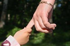 Les mains de la mère et de la chéri Image stock