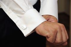 Les mains de marié du mariage toilettent être prêtes dans le procès Images stock