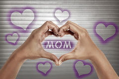 Les mains de personnes dans la forme du coeur avec la maman textotent Photo libre de droits