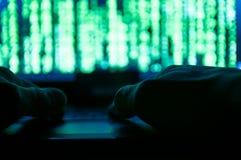 Les mains de pirate informatique, essayant se casse dedans au système image stock