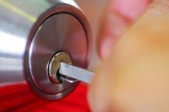 Les mains de plan rapproché du serrurier employant le métal sélectionnent des outils pour ouvrir la porte verrouillée photos libres de droits