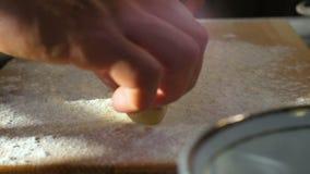 Les mains de plan rapproché ont mis Doughformé dans la Roulement-goupille à bord banque de vidéos