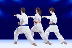 Les mains de poinçon trois athlètes s'exercent Photographie stock