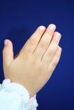 Les mains de prière de l'enfant. Image stock