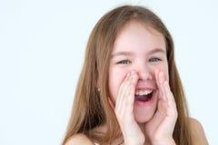 Les mains de tasse d'enfant d'émotion disent le mégaphone du bout des lèvres bruyant de cri photos stock