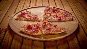 Les mains de vue supérieure prenant la grande pizza coupe du plat en bois sur la table arrêtez l'animation de mouvement, 4K clips vidéos