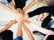 Les mains des affaires team sur la vue supérieure de fond d'espace de travail, concept d'équipe d'affaires Photos libres de droits