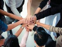 Les mains des affaires team sur la vue supérieure de fond d'espace de travail, concept d'équipe d'affaires Image libre de droits
