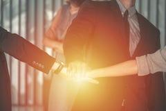 Les mains des affaires team sur le fond d'espace de travail, concept d'équipe d'affaires Photographie stock
