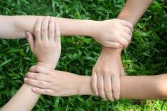 Les mains des enfants Image stock