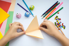 Les mains des enfants font le loup d'origami du papier de pêche Photo libre de droits