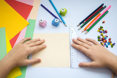 Les mains des enfants font le loup d'origami du papier de pêche Images libres de droits