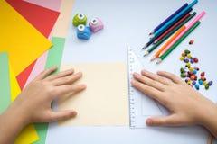Les mains des enfants font le loup d'origami du papier de pêche Images stock