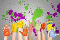 Les mains des enfants peints photographie stock