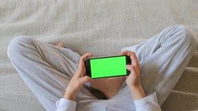 Les mains des enfants utilisent un smartphone banque de vidéos